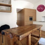 Table à manger rustique dans un appartement moderne