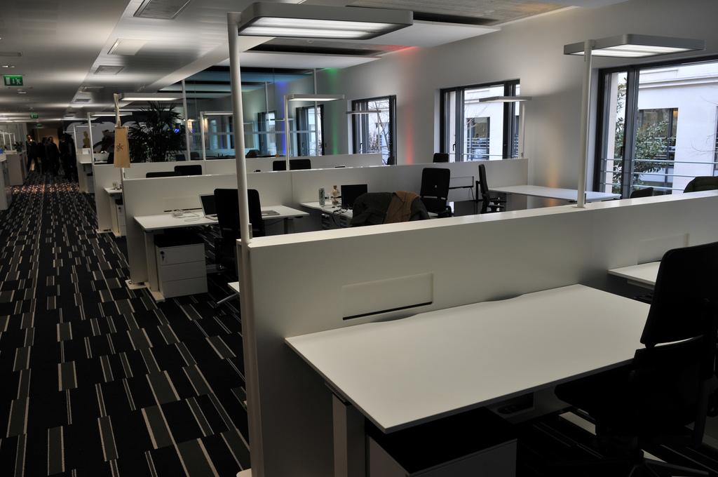les nouveaux bureaux de google au design pur. Black Bedroom Furniture Sets. Home Design Ideas