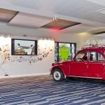 Une 2 chevaux rouge dans un open-space chez Google à Paris