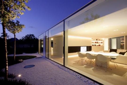Salle à manger moderne avec un parquet en bois clair