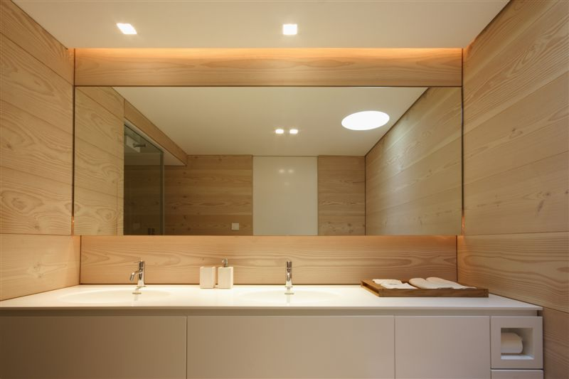 Salle de bain moderne avec du bois clair for Salle de bain bois clair