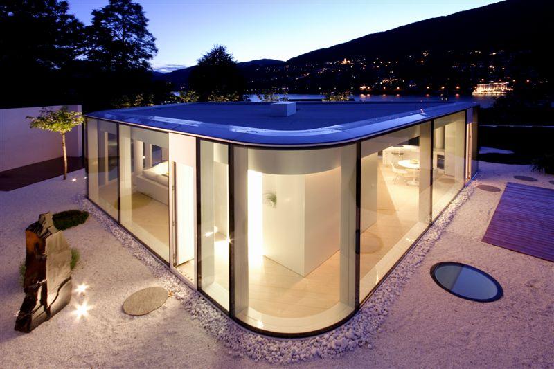 Maison contemporaine en verre près du lac de Lugano