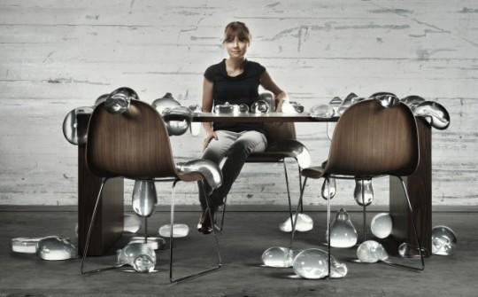 Chaise Gubi chair avec pieds en métal au bureau