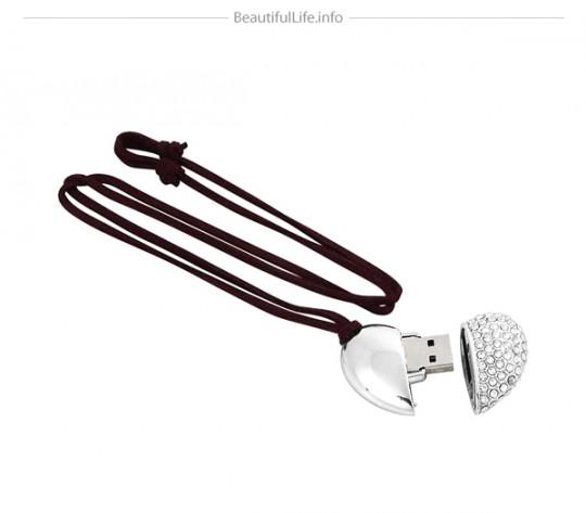 Bijou pendentif avec une clé USB en forme de coeur