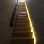 Escalier en bois dans la maison Stacking Green