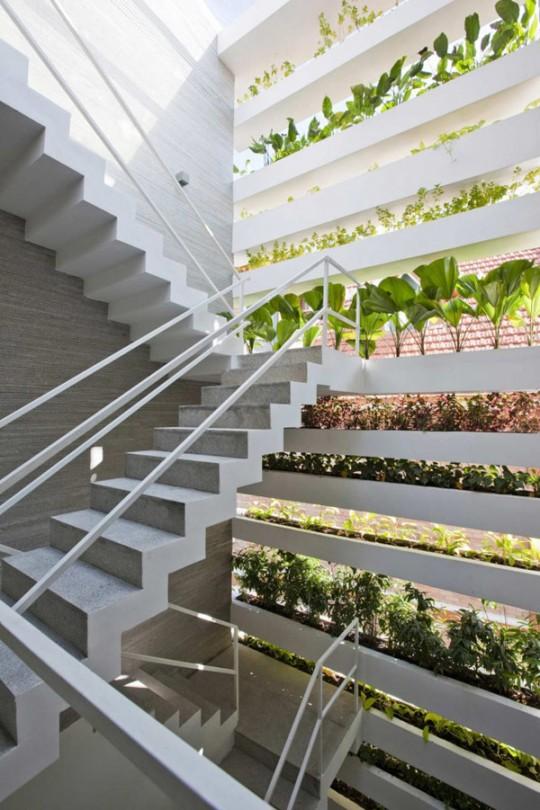 Escalier dans la maison écolo Stacking Green