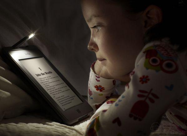 lire un livre sur la kindle touch dans le noir. Black Bedroom Furniture Sets. Home Design Ideas