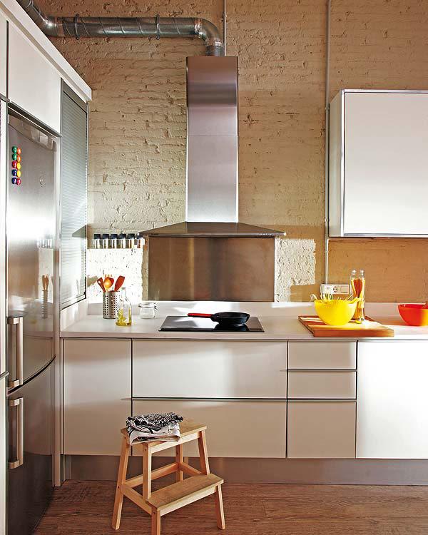 Cuisine design contre un mur en briques peintes for Cuisine petit appartement