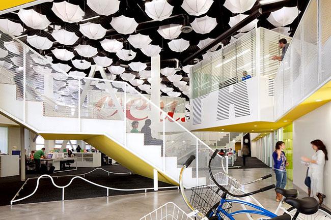 Bureau Moderne Avec Une Grande Hauteur Sous Plafond