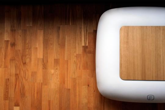 FUGU : Table basse gonflable avec un plateau en bois
