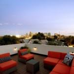 Toit terrasse plein ciel la nuit dans la maison Shield House