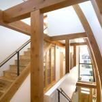 Escalier en bois dans la maison Shield House