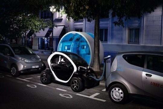 Renault Twizy en cours de recharge dans une station Autolib