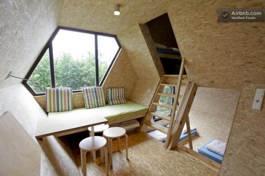 Une cabane dans les arbres avec un intérieur moderne