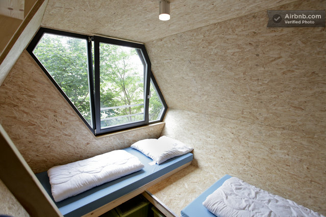 int rieur d 39 une cabane moderne octogonale. Black Bedroom Furniture Sets. Home Design Ideas