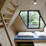 Intérieur contemporain épuré dans une cabane dans les arbres
