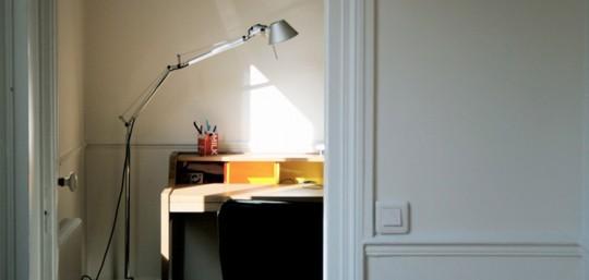 Bureau Desk Hanse Family Remix avec un lampadaire style lampe d'architecte