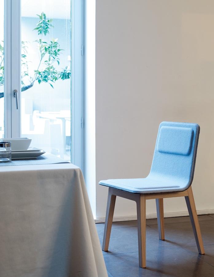 Alki : Chaise en chêne et feutre bleue