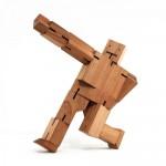 CubeBot, le robot en bois articulé qui prend la posture de votre choix