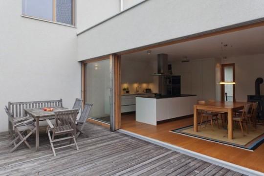 Grande baie vitrée coulissante sur terrasse