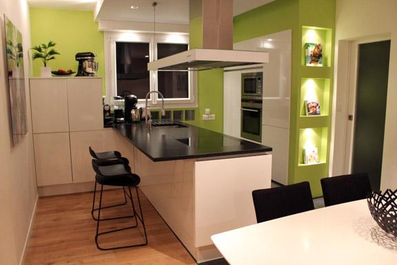 une jolie maison des ann es 70 r nov e dans un style contemporain. Black Bedroom Furniture Sets. Home Design Ideas