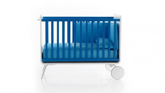 Lit à barreaux pour bébé design bleu Be Cot