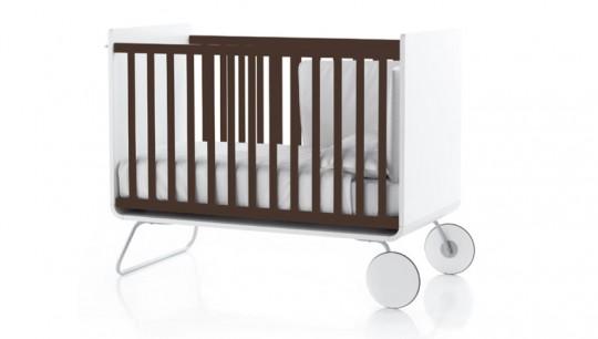 Lit évolutif pour bébé blanc avec des barreaux marrons Be Cot