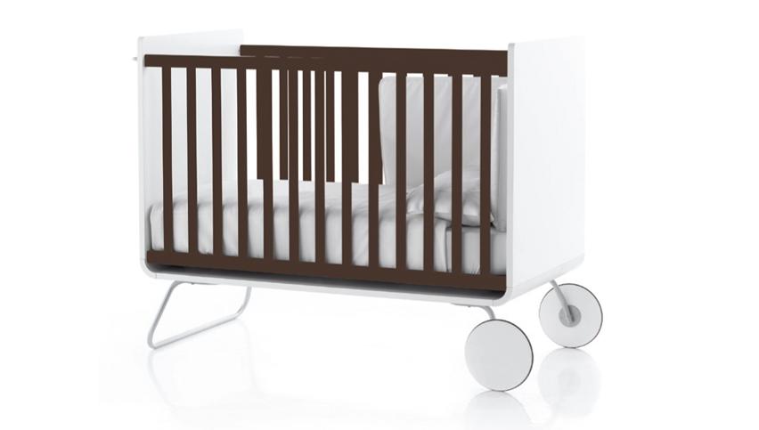 lit volutif pour b b blanc avec des barreaux marrons be cot. Black Bedroom Furniture Sets. Home Design Ideas