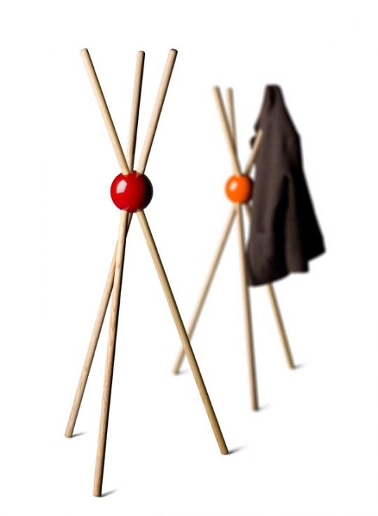 Porte manteau en bois design lock par sylvain willenz - Porte manteau bambou ...