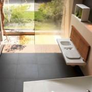 Salle de bain en bois et céramique blanche Hatria G full