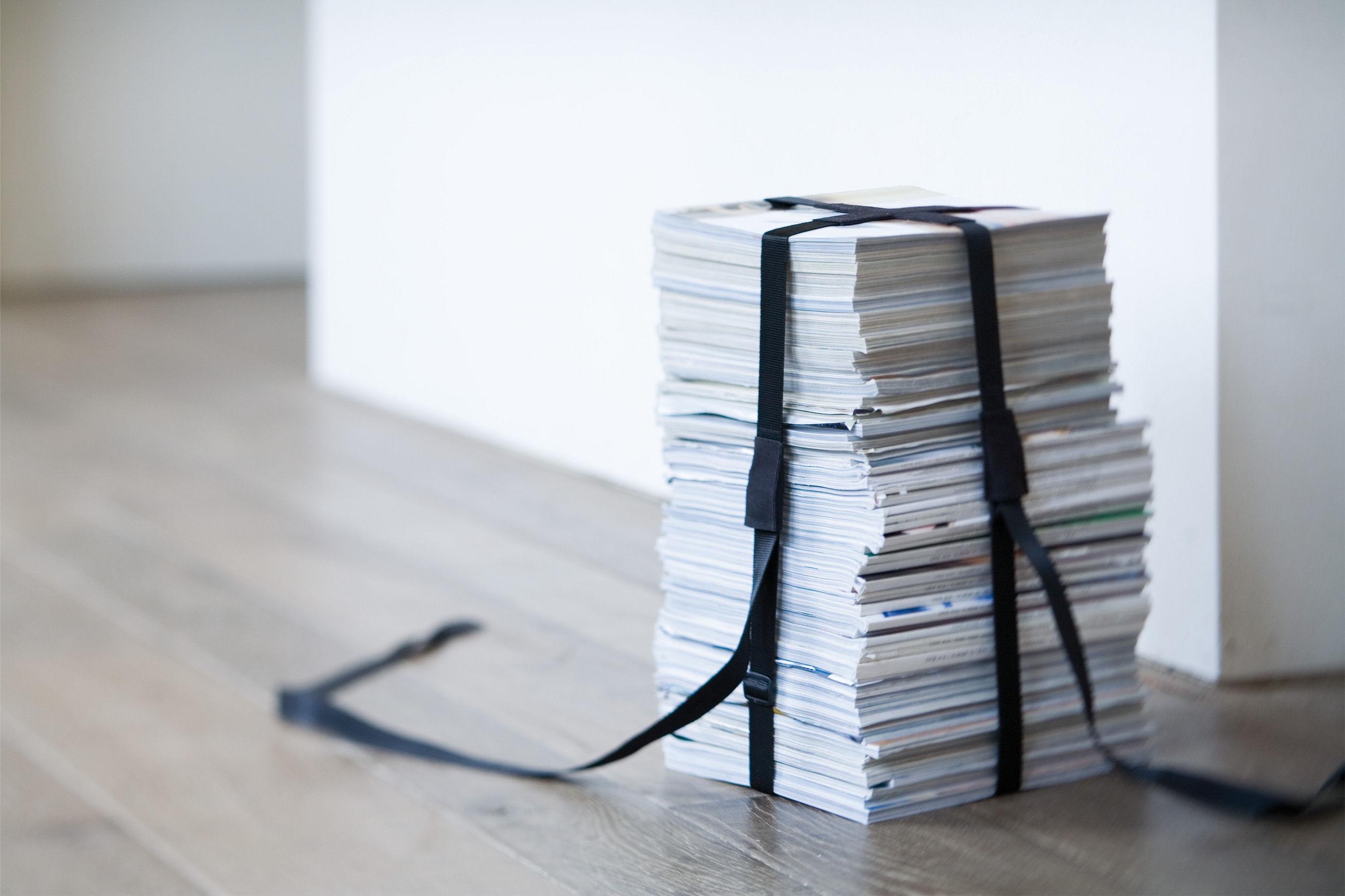 Book stool : Le tabouret design avec une pile de magazines