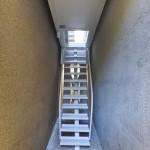 Escalier d'entrée de la maison la plus étroite du monde Keret House