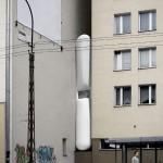 Image de synthèse de la maison étroite entre 2 immeubles (Keret House)