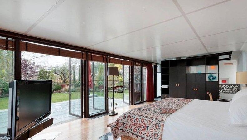 chambre de l 39 h tel particulier de depardieu. Black Bedroom Furniture Sets. Home Design Ideas