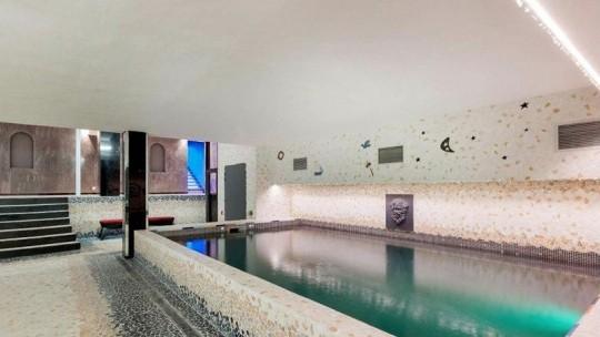 La piscine intérieure dans l'hôtel particulier de Gérard Depardieu