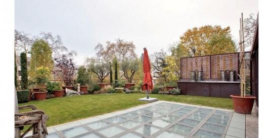 Terrasse et jardin dans l'hötel particulier de Depardieu