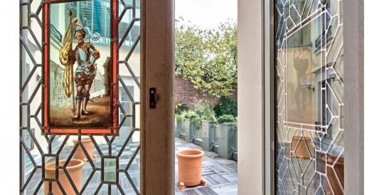 Intérieur de l'hötel particulier de Depardieu : Fenêtre avec vitrail