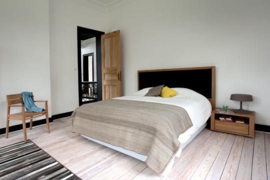 Lit en bois naturel et tête de lit en tissu noir Ethnicraft