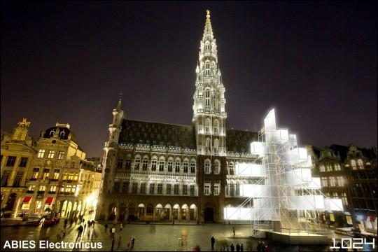 Sapin de Noël lumineux contemporain par 1024 architecture