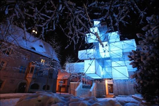 Sapin de Noël futuriste par 1024 architecture
