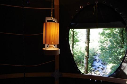 Intérieur de la tente Tree Tent avec une lampe