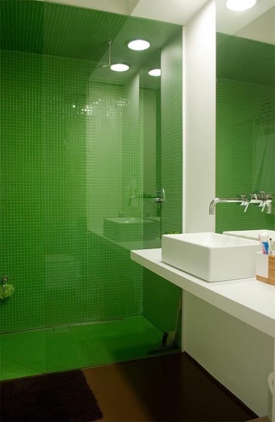Salle de bain design dans un appartement sous les combles