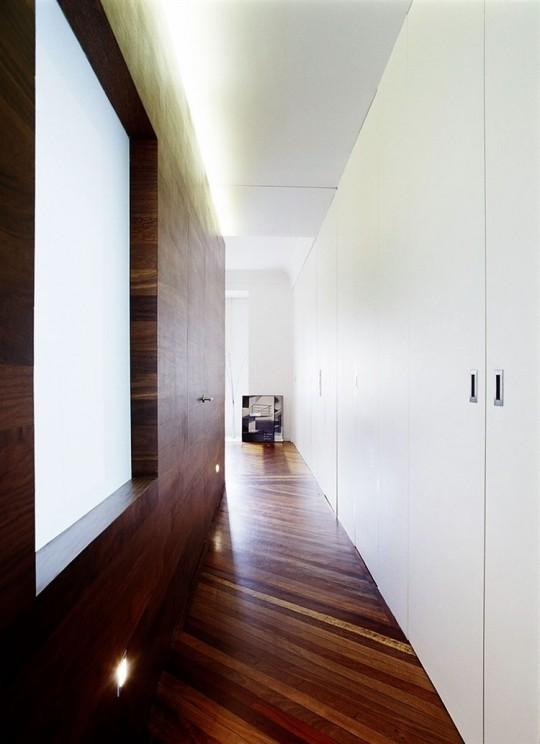 Un couloir avec des murs blancs et des murs en bois