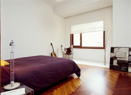 Chambre avec un parquet en chevrons