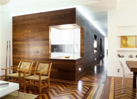 Murs couverts de bois marron dans un appartement contemporain