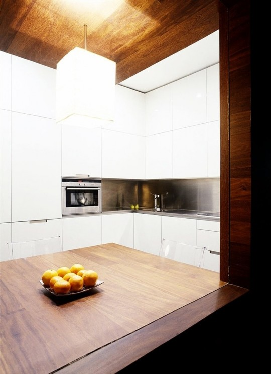 Cuisine design blanche + bois massif foncé