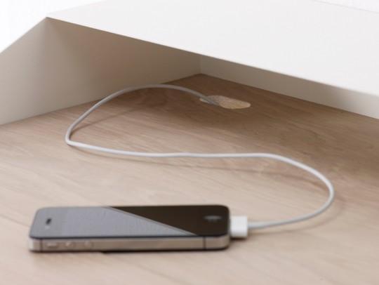 Un iphone posé sur le bureau Deskbox