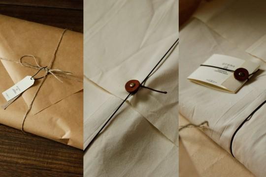 Idée cadeau : Une housse en cuir pour IPad mini emballé dans du papier kraft