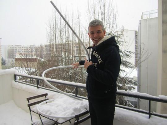 Manuel et son lampadaire S7 sous la neige