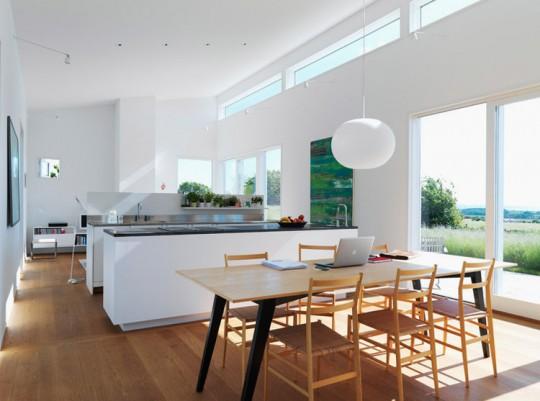 Cuisine design blanche avec un parquet en bois